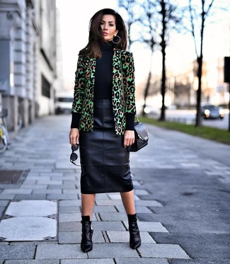 Cómo combinar: botines de cuero negros, falda lápiz de cuero negra, jersey de cuello alto negro, blazer de leopardo verde