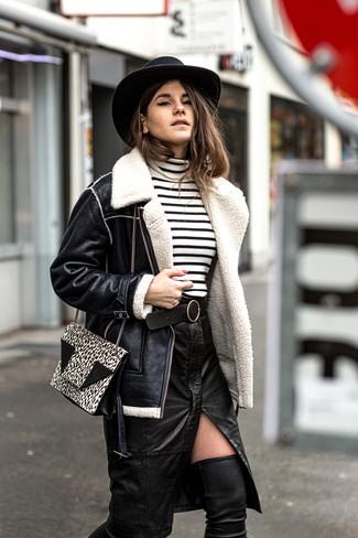 Cómo combinar: botas sobre la rodilla de cuero negras, falda lápiz de cuero con recorte negra, jersey de cuello alto de rayas horizontales en blanco y negro, chaqueta de piel de oveja negra