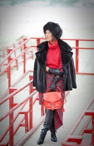 Cómo combinar: botas sobre la rodilla de cuero negras, falda lápiz de tartán roja, jersey de cuello alto de punto rojo, chaqueta de piel negra