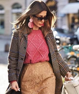 Cómo combinar: bolso de hombre de cuero blanco, falda lápiz de encaje marrón claro, jersey de ochos rosa, abrigo de pata de gallo en marrón oscuro