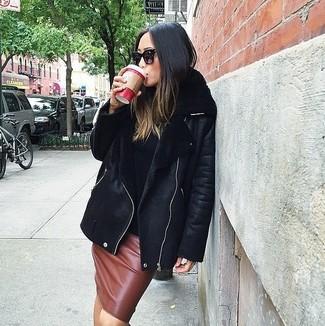 Cómo combinar: gafas de sol negras, falda lápiz de cuero marrón, jersey de cuello alto negro, chaqueta de piel de oveja negra