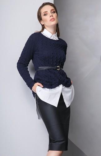 Cómo combinar: cinturón de cuero negro, falda lápiz de cuero negra, camisa de vestir blanca, jersey de ochos azul marino