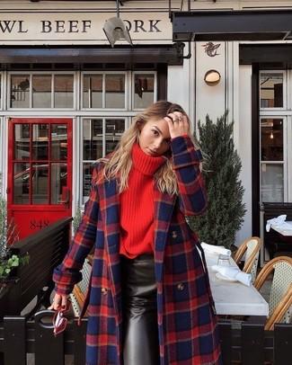 Cómo combinar: gafas de sol rojas, falda lápiz de cuero negra, jersey de cuello alto de punto rojo, abrigo de tartán en rojo y azul marino