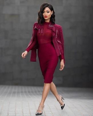 Cómo combinar: zapatos de tacón de cuero con tachuelas negros, falda lápiz roja, jersey de cuello alto rojo, chaqueta motera de ante roja