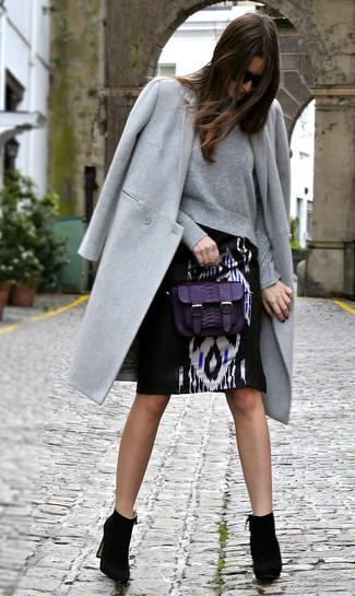 Cómo combinar: botines de ante negros, falda lápiz estampada en negro y blanco, sudadera gris, abrigo gris