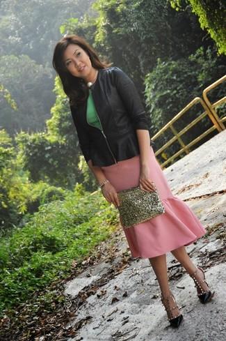 Cómo combinar: zapatos de tacón de cuero con tachuelas negros, falda lápiz rosada, top con sobrefalda verde, chaqueta motera negra