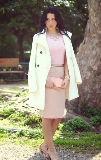 Cómo combinar: sandalias de tacón de cuero doradas, falda lápiz rosada, top corto rosado, abrigo blanco