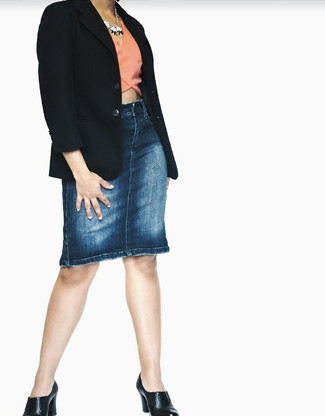 Cómo combinar: zapatos de tacón de cuero negros, falda lápiz vaquera azul, top corto rosado, blazer negro