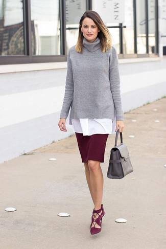 Cómo combinar: zapatos de tacón de ante burdeos, falda lápiz burdeos, túnica blanca, jersey de cuello alto de punto gris