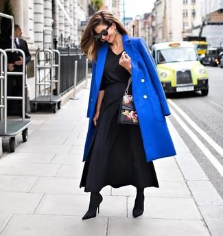 Cómo combinar: botines de elástico negros, falda larga plisada negra, blusa de manga larga negra, abrigo azul