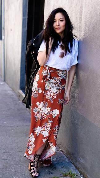 Cómo combinar: sandalias de tacón de ante negras, falda larga con print de flores naranja, camiseta con cuello circular blanca, chaqueta motera de cuero negra
