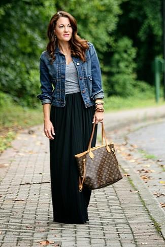 Cómo combinar: bolsa tote de cuero estampada en marrón oscuro, falda larga plisada negra, camiseta con cuello en v gris, chaqueta vaquera azul marino