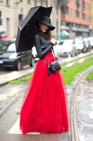 Cómo combinar: bolso bandolera de cuero negro, falda larga de tul roja, camiseta de manga larga negra, chaqueta motera de cuero negra