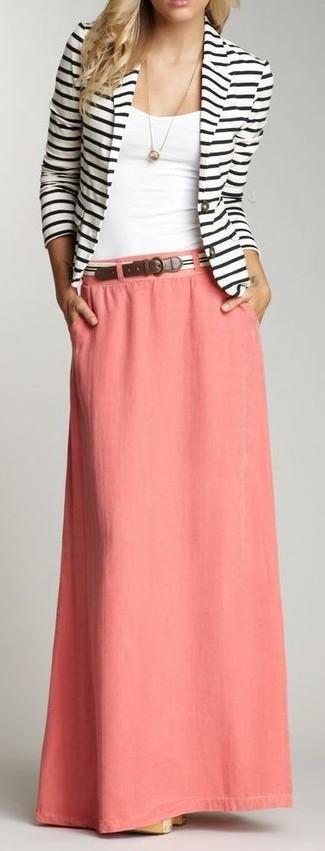 Cómo combinar: correa de rayas horizontales en blanco y negro, falda larga rosada, camiseta sin manga blanca, blazer de rayas horizontales en blanco y negro