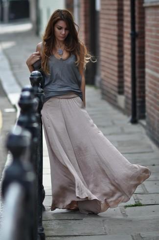 Cómo combinar: falda larga de seda gris, camiseta sin manga gris
