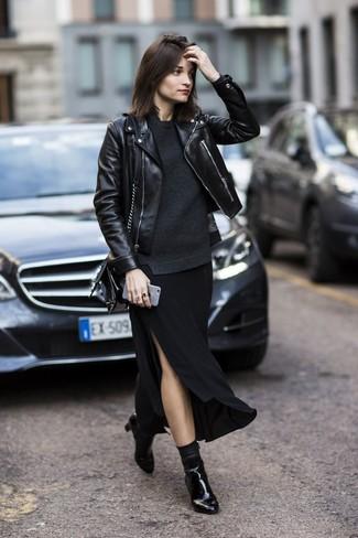 Combinar una falda larga con recorte negra: Para un atuendo tan cómodo como tu sillón utiliza una chaqueta motera de cuero negra y una falda larga con recorte negra. Botines de cuero negros son una opción práctica para complementar tu atuendo.
