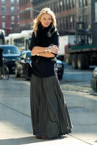 Cómo combinar: botines de ante en marrón oscuro, falda larga plisada en gris oscuro, jersey oversized azul marino, chaleco de pelo negro