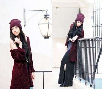 Cómo combinar: botines de cuero negros, falda larga con recorte negra, top corto negro, abrigo de piel burdeos