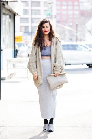 Combinar unas medias de lana negras: Casa un cárdigan abierto de punto en beige junto a unas medias de lana negras transmitirán una vibra libre y relajada. Elige un par de chinelas de ante grises para mostrar tu lado fashionista.