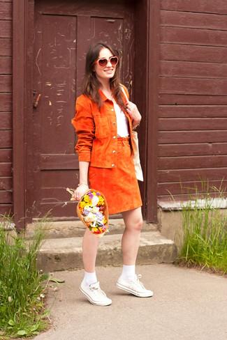 Cómo combinar: tenis de lona blancos, falda línea a de ante naranja, camiseta con cuello circular blanca, chaqueta motera de ante naranja