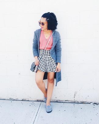 Cómo combinar: bailarinas de ante grises, falda línea a de pata de gallo en blanco y negro, camiseta sin manga rosada, cárdigan abierto gris