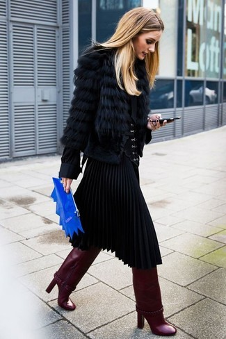 Cómo combinar: botas de caña alta de cuero burdeos, falda midi plisada negra, blusa de botones negra, chaqueta de piel negra