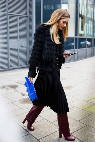 Cómo combinar: botas de caña alta de cuero burdeos, falda midi plisada negra, blusa de manga larga de seda negra, chaqueta de piel negra