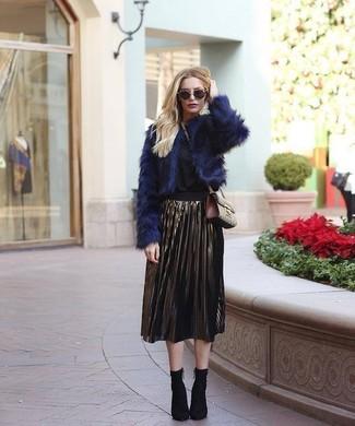 Cómo combinar: botines de elástico negros, falda midi plisada dorada, blusa de manga larga negra, chaqueta de piel azul marino