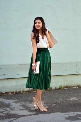 Cómo combinar: sandalias de tacón de cuero doradas, falda midi plisada verde oscuro, blusa sin mangas blanca, abrigo blanco