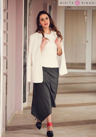 Cómo combinar: zapatos de tacón de cuero negros, falda midi en gris oscuro, blusa sin mangas blanca, blazer blanco
