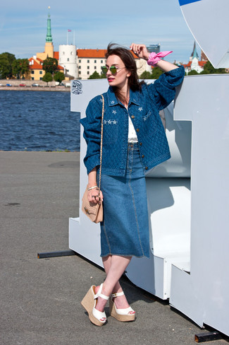 04e649c75cf Cómo combinar una falda midi vaquera azul (8 looks de moda)