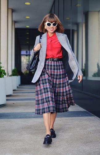 Cómo combinar: mocasín de cuero negros, falda midi de tartán azul marino, camisa de vestir roja, blazer de tartán gris