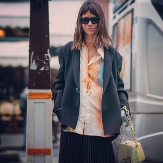Cómo combinar: cartera de cuero amarilla, falda midi plisada negra, camisa de vestir efecto teñido anudado naranja, blazer negro