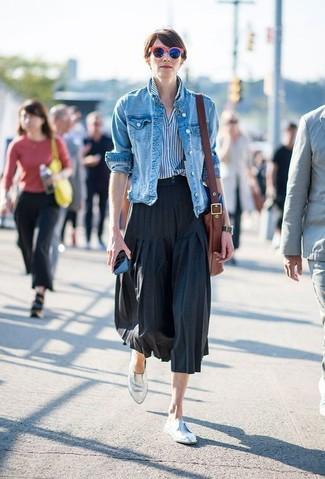 Cómo combinar: mocasín de cuero plateados, falda midi plisada negra, camisa de vestir de rayas verticales en blanco y azul, chaqueta vaquera azul