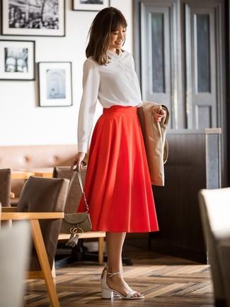 Cómo combinar: sandalias de tacón de cuero blancas, falda midi plisada roja, camisa de vestir blanca, gabardina marrón claro