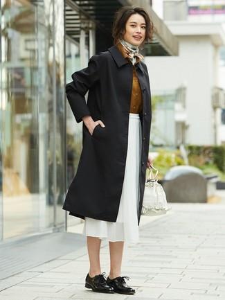 Cómo combinar: zapatos oxford de cuero negros, falda midi de gasa blanca, camisa de vestir en tabaco, gabardina negra