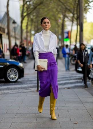 Cómo combinar: botas de caña alta de cuero mostaza, falda midi morado, camisa de vestir blanca, jersey de cuello alto blanco