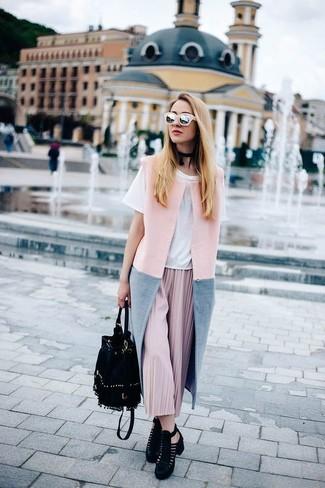 Cómo combinar: botines de ante con recorte negros, falda midi plisada rosada, camiseta con cuello circular blanca, abrigo sin mangas rosado