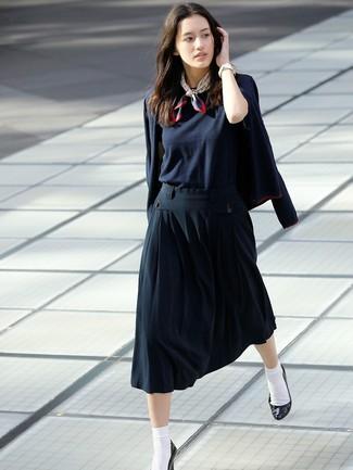 Cómo combinar: zapatos de tacón de cuero negros, falda midi plisada azul marino, camiseta con cuello circular azul marino, blazer azul marino