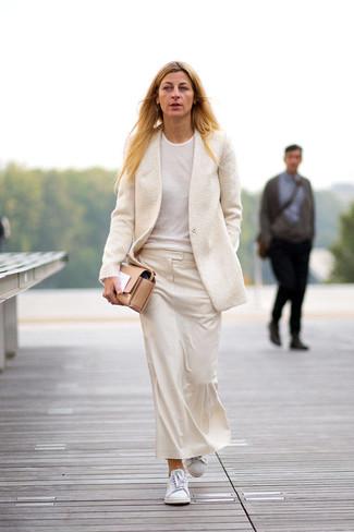 Cómo combinar: tenis blancos, falda midi en beige, camiseta con cuello circular blanca, blazer de lana en beige