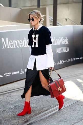 Cómo combinar: botines de ante rojos, falda midi con recorte negra, camiseta con cuello circular estampada en negro y blanco, camisa de vestir blanca
