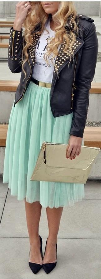 Cómo combinar: zapatos de tacón de ante negros, falda midi plisada en verde menta, camiseta con cuello circular estampada en blanco y negro, chaqueta motera de cuero con tachuelas negra