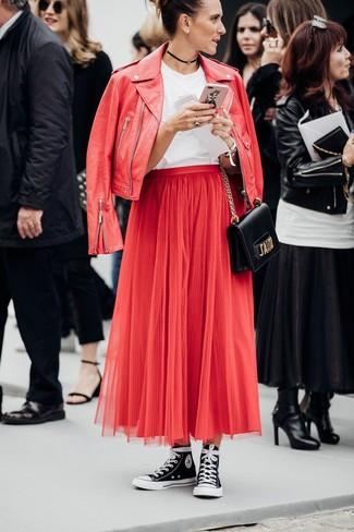 Una camiseta con cuello circular de vestir con una chaqueta motera roja: Casa una chaqueta motera roja junto a una camiseta con cuello circular transmitirán una vibra libre y relajada. Zapatillas altas de lona en negro y blanco son una opción práctica para completar este atuendo.