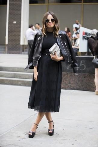 Cómo combinar: sandalias de tacón de cuero negras, falda midi de gasa negra, camiseta con cuello circular negra, chaqueta motera de cuero negra