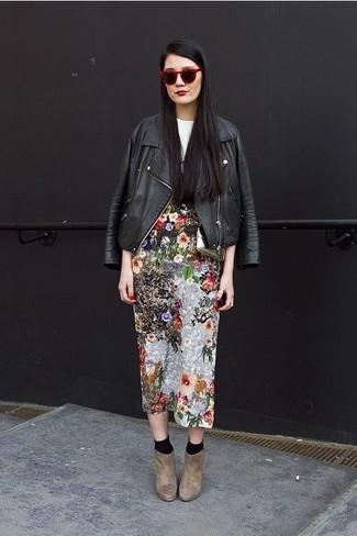 Cómo combinar: botines de ante marrónes, falda midi con print de flores en multicolor, camiseta con cuello circular estampada en blanco y negro, chaqueta motera de cuero negra