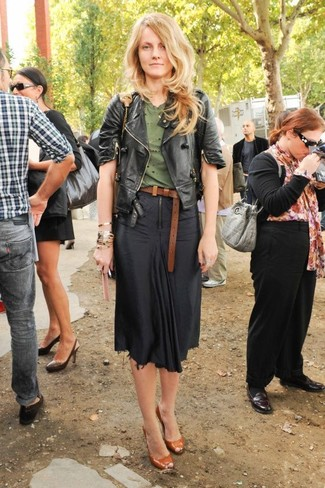 Cómo combinar: zapatos de tacón de cuero con recorte en tabaco, falda midi negra, camiseta con cuello circular verde oliva, chaqueta motera de cuero negra