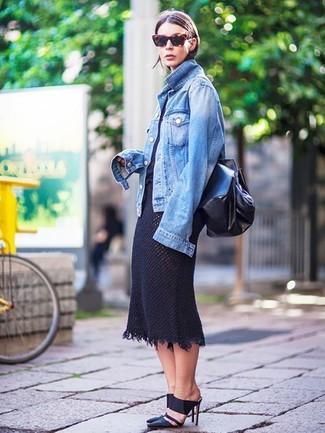 Cómo combinar: chinelas de cuero negras, falda midi de punto negra, camiseta con cuello circular negra, chaqueta vaquera azul