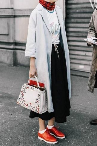 Cómo combinar: zapatos brogue de cuero rojos, falda midi negra, camiseta con cuello circular estampada blanca, chubasquero gris