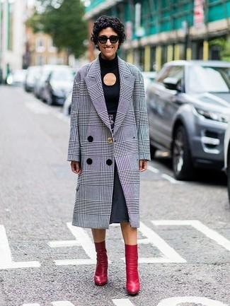 Cómo combinar: botines de cuero rojos, falda midi vaquera en gris oscuro, camiseta de manga larga con recorte negra, abrigo de tartán gris