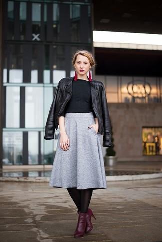 Cómo combinar: botines de cuero morado oscuro, falda midi plisada gris, camiseta de manga larga negra, chaqueta motera de cuero negra